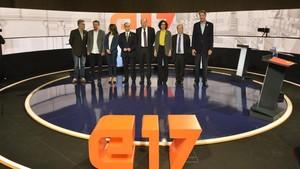 Los candidatos a president de la Generalitat Carles Riera, Xavier Garcia Albiol, Xavier Domènech, Miquel Iceta, Inés Arrimadas, Marta Rovira y Jordi Turull posan antes del debate de TV-3.