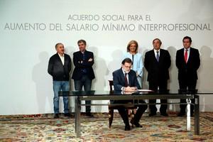 Rajoy firma el acuerdo para elevar el salario mínimo.