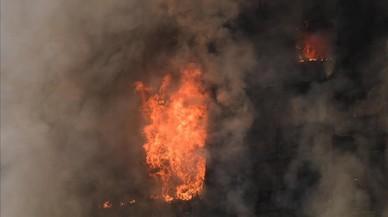 Aspecto del incendio en La Torre Grenfell en Lancaster West Estate.
