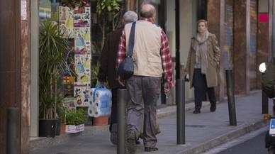 A. F., el exprofesor de los Maristas Sants Les Corts, saliendo de su domicilio, en febrero pasado.