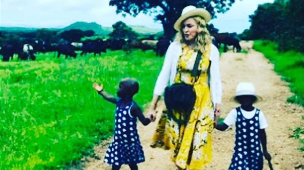 Madonna publicó la primera foto junto a sus gemelas