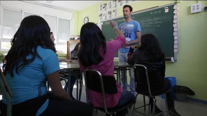 Un profesor en paro contratado por el Ayuntamiento de Cornell� imparte una clase de refuerzo en el 2012.