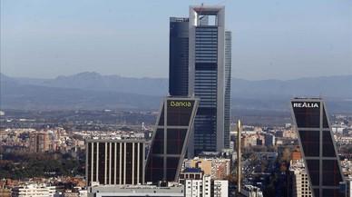 La Torre Cepsa en primer plano.