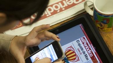 Una lectora consulta la edición digital de EL PERIÓDICO.
