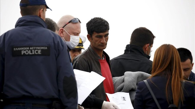 Grècia allibera refugiats dels centres de detenció però segueixen atrapats a les illes