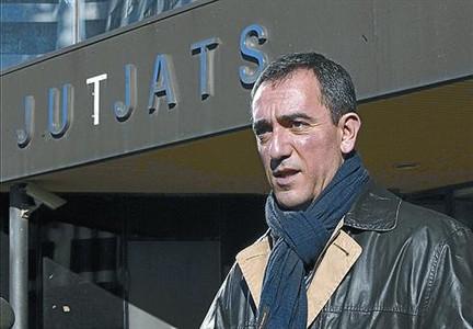 Bustos, imputado por un delito contra la administración pública tras declarar seis horas en Sabadell