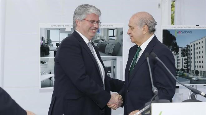 Jordi Cornet y Jorge Fernández Díaz, durante la firma del convenio del Consorci de la Zona Franca con Interior.