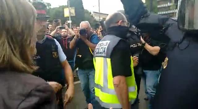 L'alcaldessa socialista de l'Hospitalet atura una càrrega policial en un institut