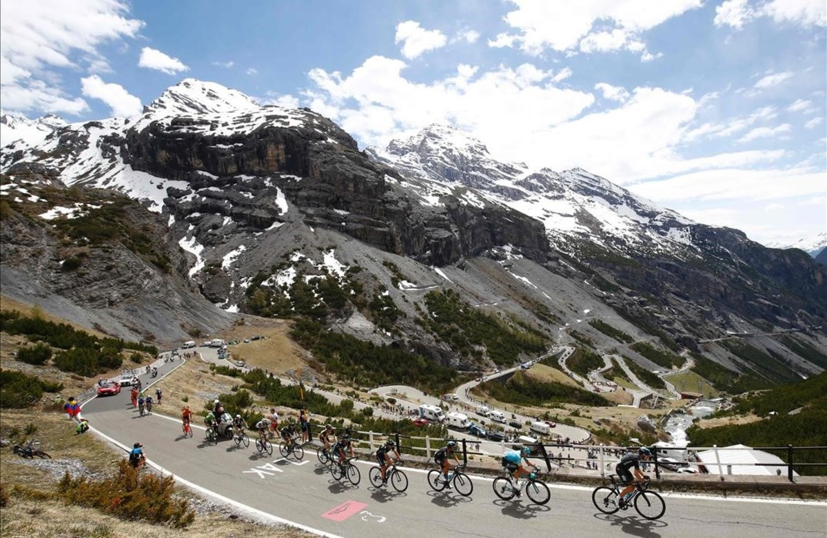 Los ciclistas suben el Stelvio durante la 16 ª etapa del Giro de Italia.