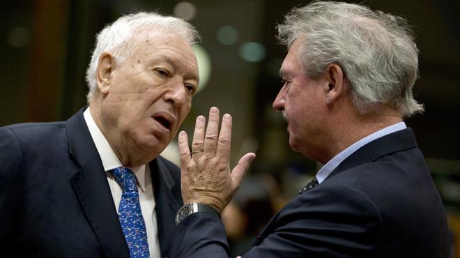 Jos� Manuel Garc�a-Margallo, ministro espa�ol de Asuntos Exteriores en funciones, charla con su hom�logo Luxemburges Jean Asselborn,