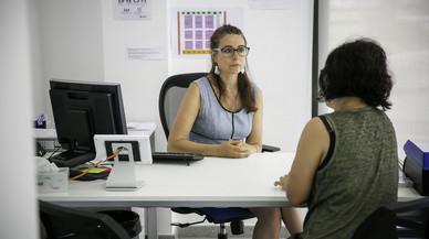 Marta Domper atendiendo a una mujer en el Centro de Información y Atención a las Mujeres de Castelldefels.