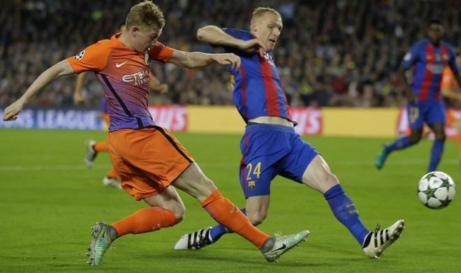 Mathieu intenta interceptar un centro de De Bruyne en el Bar�a-Manchester City de la Champions.