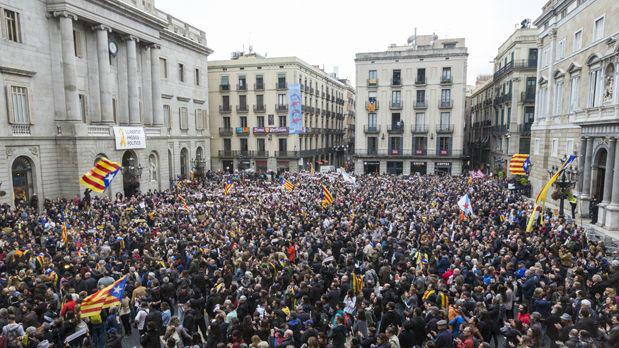 Unas 8.000 personas abarrotan de nuevo Sant Jaume para pedir la libertad de los presos