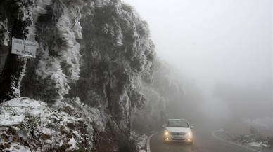 Niebla y hielo el la carretera de Villalba dels Arcs en la Terra Alta.