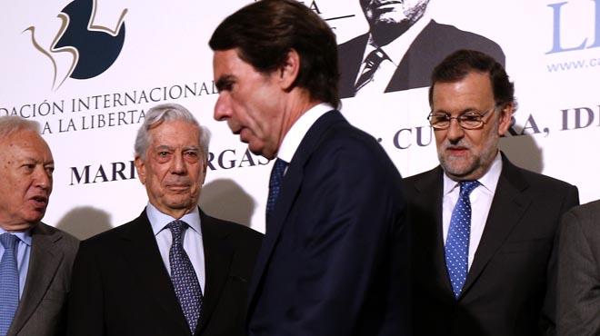 En el homenaje a Mario Vargas Llosa,en la Casa de America, Rajoy y Aznar ni se miran ni se saludan.