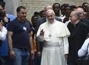 El papa Francisco, con un grupo de refugiados.