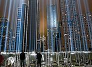 Unos trabajadores ajustan los haces de luz del Tribute in Lights, en memoria del 11-S, el pasado miércoles.