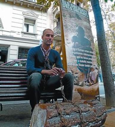 Pep Guardiola, encadenado ayer en la Rambla de Catalunya. MARC ISERN