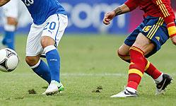 El césped, medio levantado en un lance del España-Italia. AP