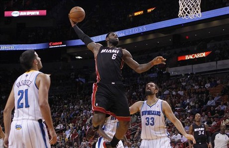 Lebron James intenta un mate en un partido de pretemporada ante New Orleans