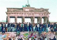 Alemanys orientals, al mur de Berlín, davant la porta de Brandenburg.