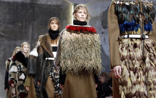 Varias modelos desfilan con las creaciones de la firma Marni, durante la semana de la moda femenina de Milán.