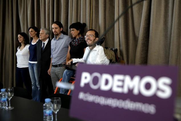 D'esquerra a dreta, Tania González --que substituirà Jiménez Villarejo-- Lola Sánchez, Carlos Jiménez Villarejo, Pablo Iglesias,Teresa Rodríguez i Pablo Echenique, els cinc eurodiputats de Podem.