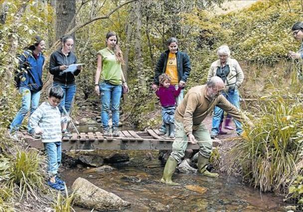 Uns voluntaris inspeccionen la riera de Vallcarquena, a Figaró-Montmany.
