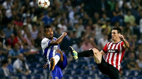 Alex Sandro, del Oporto, lucha por el bal�n con Aymeric Laporte, del Athletic, durante el partido disputado en el estadio Dragao