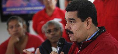 El presidente de Venezuela, Nicol�s Maduro, habla con simpatizantes chavistas, el viernes en Caracas.