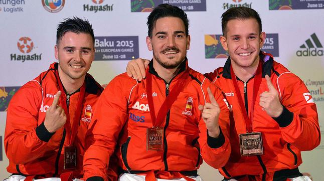 Pepe Carbonell, Damian Quintero y Francisco Salazar, el equipo español de kata, posa con la medalla de oro que han conseguido en el Mundial de Bremen.