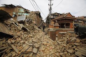 Un hombre observa los edificios derruidos por el terremoto de Nepal