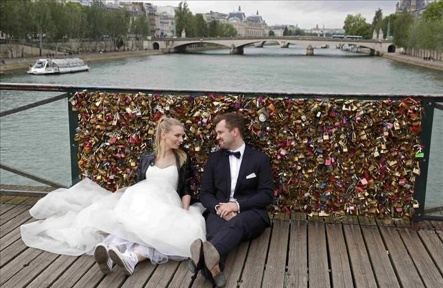 Retirada de los candados del puente de las Artes, en París (7)