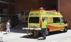 Una ambulancia, a las puertas del Hospital Vall dHebron, donde está ingresado el niño con difteria.
