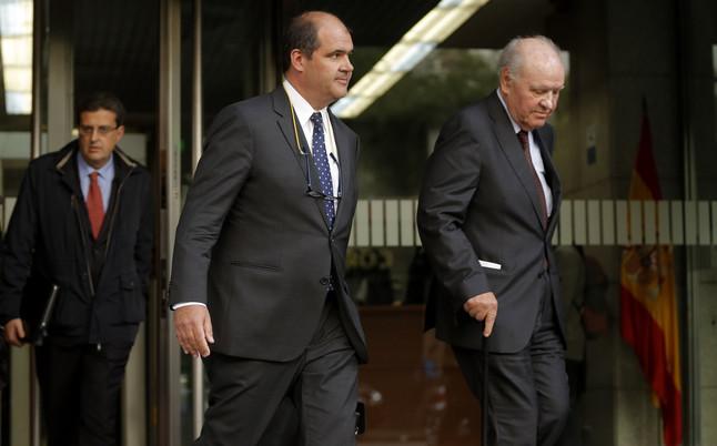 Carles Sumarroca y su hijo Carles salen de la Audiencia Nacional tras declarar por el caso Pujol, el pasado noviembre.