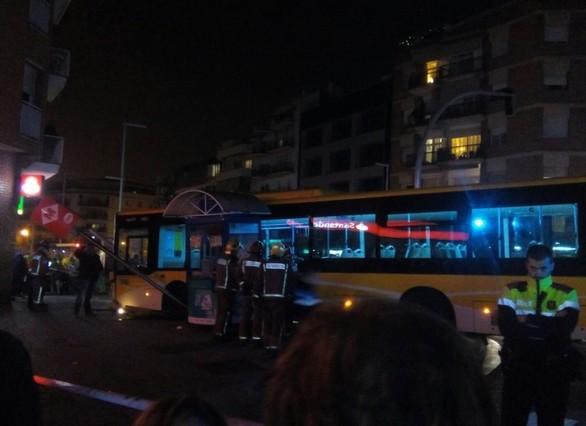 Un autob s pierde el control y choca contra una parada de for Chiquipark en santa coloma de gramenet