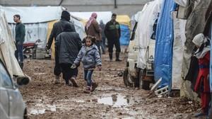 Refugiados sirios que han huido de Alepo esperan en Bab al-Salam, cerca de la frontera con Turquía, este sábado.