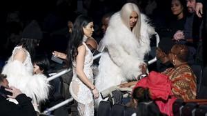 Kim Kardashian, rubia, con su hermana Kourtney, a su llegada al show de su marido, Kanye West, en Nueva York.