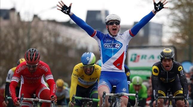 El francés Arnaud Demare celebra la victoria en la etapa del lunes de la París-Niza.