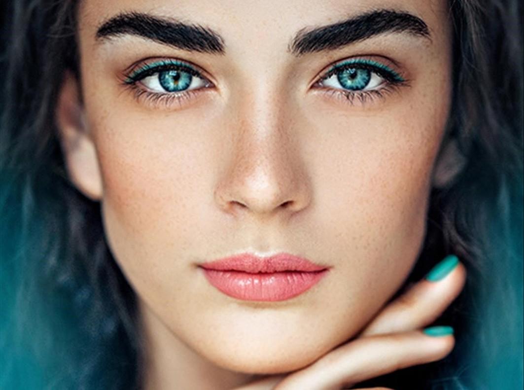 Maria Gallard apuesta por un maquillaje luminoso y primaveral