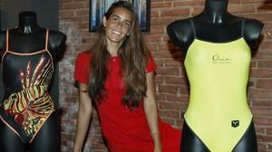 Ona Carbonell, ante los bañadores diseñados por ella misma.
