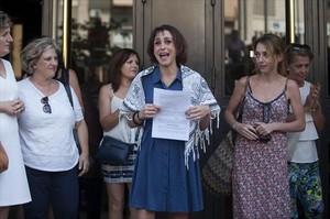 JUANA RIVAS Alegría al salir del juzgado de Granada tras entregarse, el día 22.