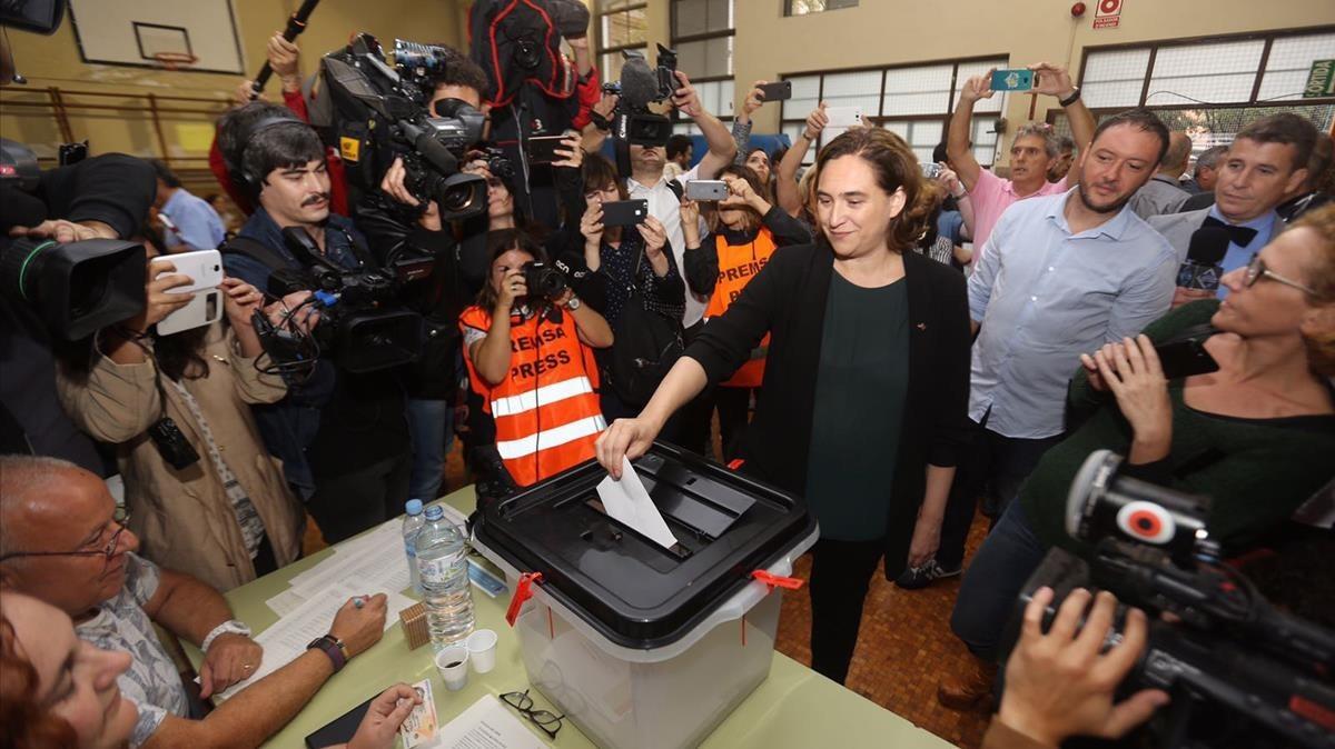 Ada Colau, alcaldesa de Barcelona, votando en La Sedeta.
