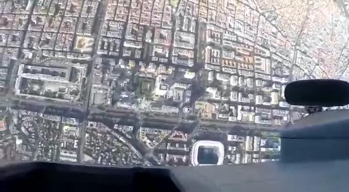 Imágenes del salto del paracaidísta durante el desfile militar.
