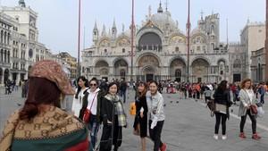 Turistas se hacen fotos frente a la catedral de San Marco, en Venecia, el 20 de octubre.
