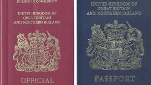 Combo de imágenes del actual pasaporte (izquierda) y del futuro documento del Reino Unido.