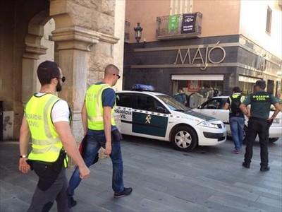 Agentes de la Guardia Civil salen de registrar el Ayuntamiento de Sant Celoni .