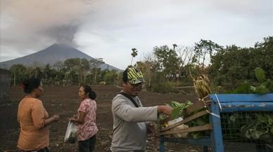 Agricultores frente al Monte Agung