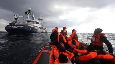 El buqueGolfo Azzurrode la ONGProactiva Open Arms, rescataa 112 inmigrantes a bordo de una balsa a la deriva frente a la costa de Libia.