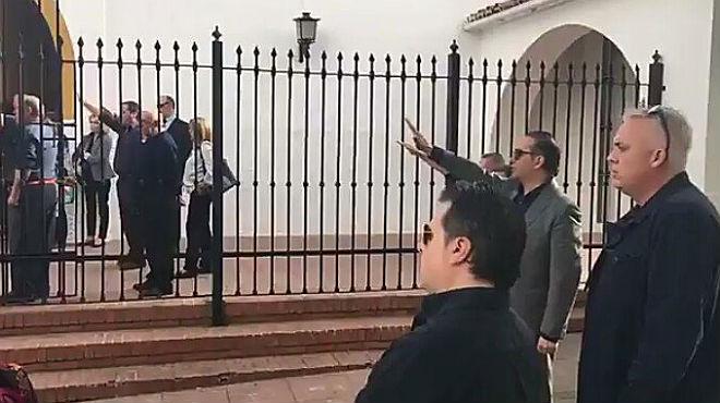 Un grupo de hombres con el brazo en alto han entonado el himno falangista para despedir a Utrera Molina.